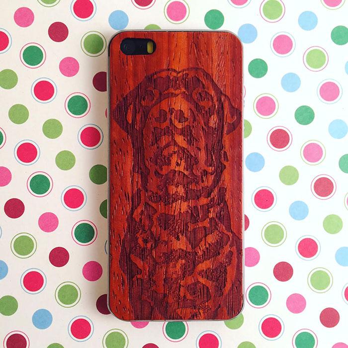 Деревянная накладка на iPhone 5/5s/SE с гравировкой на дереве падук