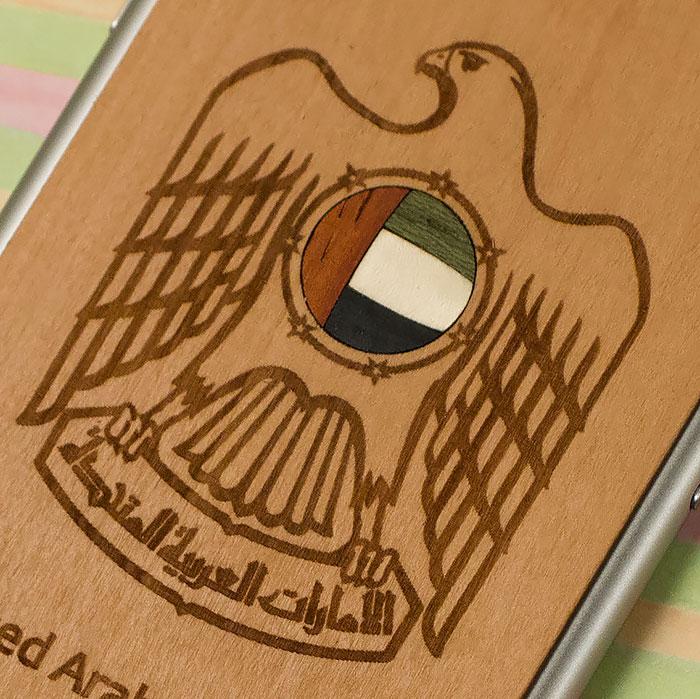 Деревянная накладка на iPhone 6/6s с гравировкой на дереве груша и инкрустацией флага из 4х разных пород дерева
